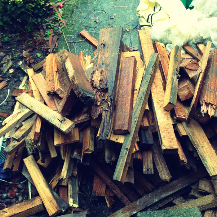 薪ストーブで燃やす薪を毎日割っています