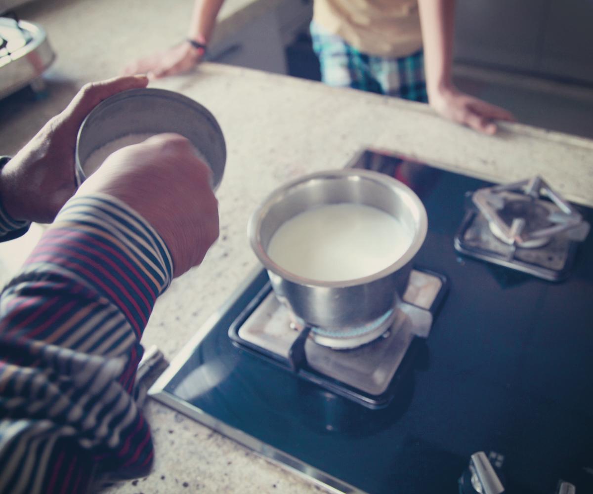 ベシ(バッファローミルク)を熱します。同時に砂糖を投入。